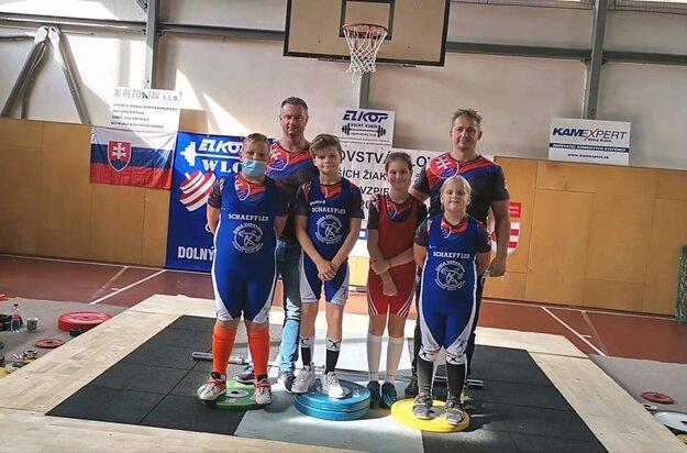 Tréneri Kysuckého Nového Mesta so svojimi zverencami.