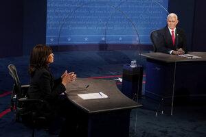 Kamala Harrisová a Mike Pence počas debaty.