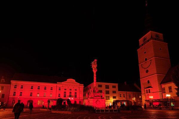 Centrum mesta svietilo na červeno.
