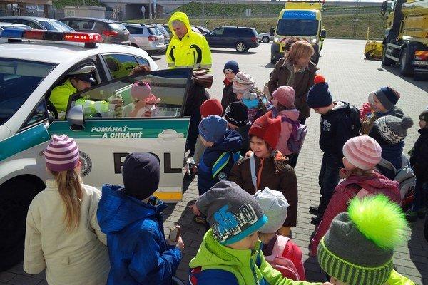 Deti sa do divadla nedostali. Náhradný program im urobili policajti, hasiči a cestári.