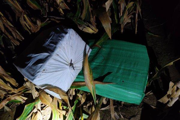 V kukuričnom poli sa povaľovali balíky s pašovanými cigaretami.