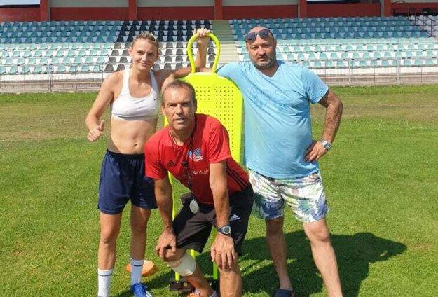 Nikolka Rybanská skondičným trénerom Milanom Ivankom aMirino.
