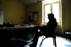 Európska kampaň Zastavte domáce násilie proti ženám v roku 2007 priblížila osudy týraných žien. Partner päťdesiatničky z tejto fotografie bol zdatný manipulátor. Pred druhými bol vždy slušný, no doma mu stačil najmenší podnet na útok.