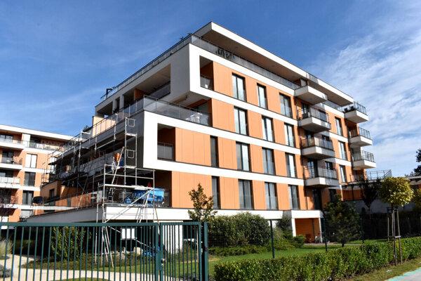 Komplex Park Anička, v ktorom 24 bytov, čo je celý jeden bytový dom (na snímke), patrí Hrehovi.
