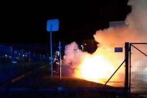 Podpálený volkswagen zhorel do tla.