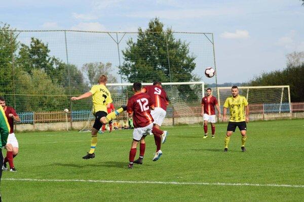 V zápase Komjatice – Pozba sa zjednogólového víťazstva tešili hostia (v žltom).