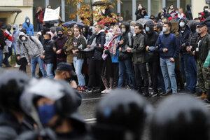 Stúpenci bieloruskej opozície blokujú ulicu v Minsku počas zhromaždenia proti oficiálnym výsledkom prezidentských volieb.