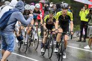 Cyklisti Mitchelton-Scott (v popredí) na Giro d'Italia 2020.