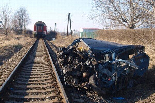 Po zrážke s vlakom bolo auto úplne zdemolované.