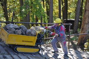 Robotníci budú musieť tony materiálu vynášať ručne.