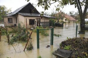 V obci Jasov v okrese Košice okolie zaplavilo aj prístupovú cestu do Jasovskej jaskyne a okolité domy, ktoré museli ľudia opustiť.