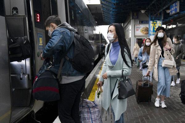 Cestujúci nastupujú do vlaku na nástupišti železničnej stanice v Kyjeve.