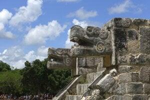 """Na snímke z 22. júla 2016 schodisko je lemované """"zábradlím"""" v tvare jaguára na veľkom archeologickom nálezisku Chichen Itza v strede polostrova Yucatán v Mexiku."""