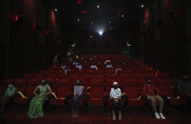 Ľudia sledujú film po opätovnom otvorení kín v Naí Dillí.