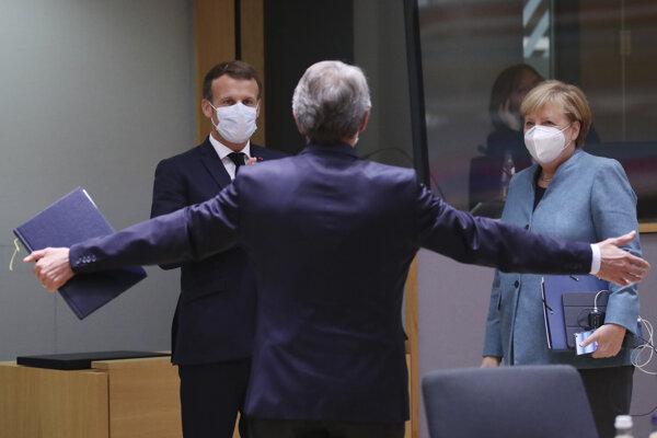 Šéf europarlamentu David Sassoli (uprostred) sa rozpráva s francúzskym prezidentom Emmanuelom Macronom (vľavo) a nemeckou kancelárkou Angelou Merkelovou počas samitu EÚ v Bruseli 15. októbra 2020.