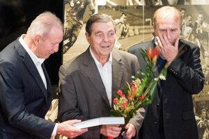 Pri jubileu na pôde SFZ Jozef Obert v strede, gratulanti vľavo Milan Lešický, vpravo Ladislav Petráš.