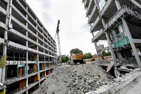 Rozoberanie budovy Apollo Business Centra 1 na Prievozskej ulici v Bratislave 14. mája 2020.