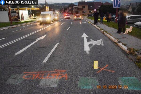 Dievča viedlo bicykel po priechode pre chodcov.