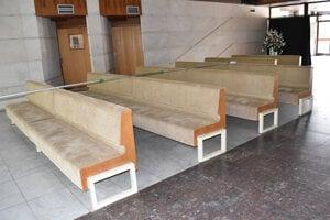 Lavice v krematóriu boli prečalúnené.