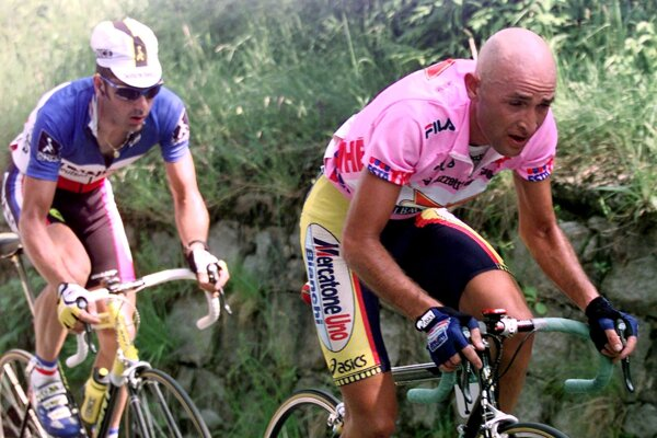 Marco Pantani (vpravo) ako líder pretekov na Giro d´ Italia 1999.