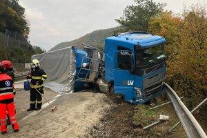 Na R2 havaroval opitý kamionista.