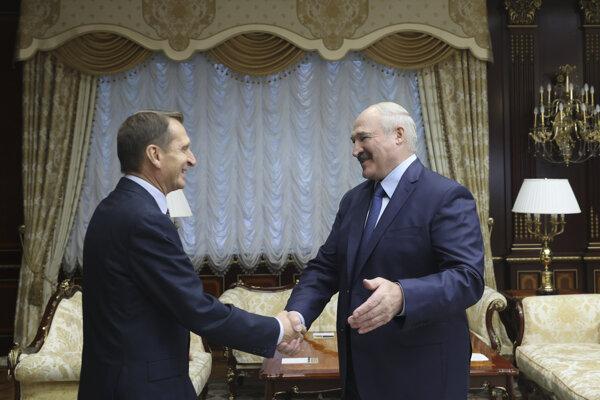 Šéf ruskej zahraničnej špionážnej služby Sergej Naryškin s bieloruským prezidentom Alexandrom Lukašenkom v Minsku.