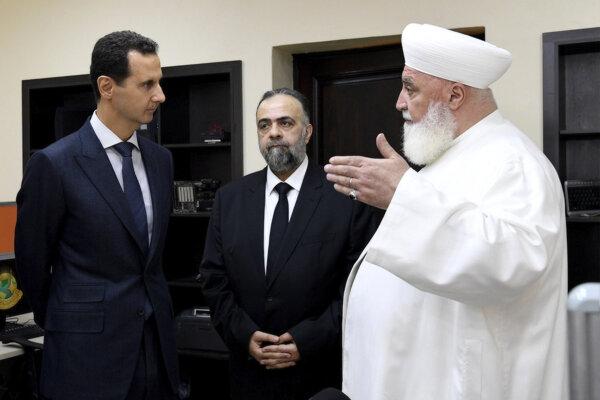 Bašár Asad na snímke s duchovným šejkom Muhammadom Adnánom Afjúnim.