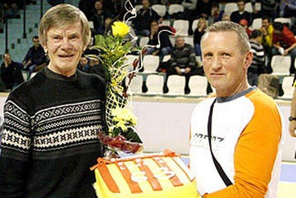 Jánovi Ilavskému v decembri 2013 blahoželali funkcionári Lehoty k životnému jubileu počas Vianočného turnaja MY Nitrianskych novín. Vpravo Pavol Mesároš.
