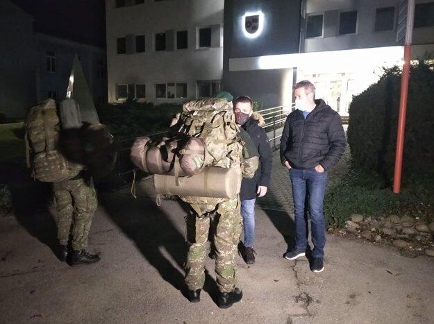 Vojaci sú na miestach testovania.