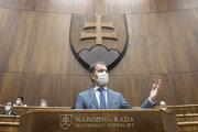 Predseda vlády SR Igor Matovič (OĽaNO) počas vystúpenia v súvislosti s aktuálnou epidemiologickou situáciou v úvode štvrtého dňa 16. schôdze Národnej rady.