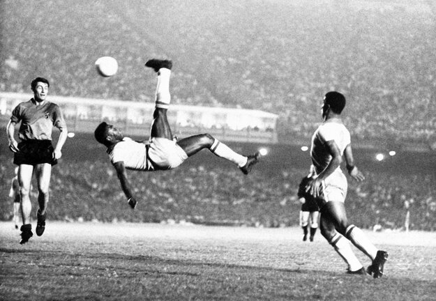 Na archívnej fotografii zo septembra 1968 Pele počas priateľského futbalového zápasu proti Belgicku.