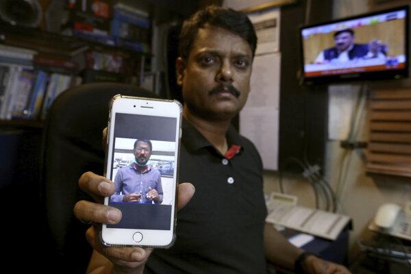 Fahim Siddiqi, šéf pobočky Geo TV, ukazuje fotografiu nezvestného novinára.