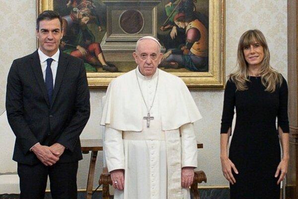 Sánchez spolu s manželkou pózujú s pápežom - všetci traja bez rúška.