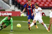 Luka Modrič strieľa gól v zápase FC Barcelona - Real Madrid.