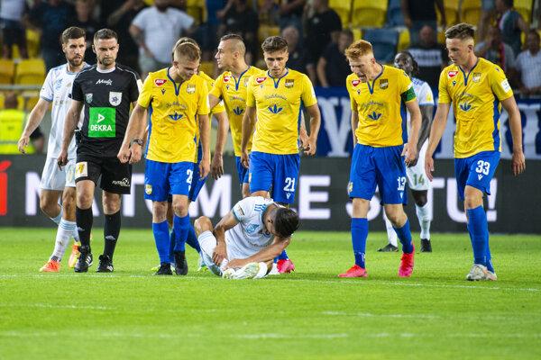 Hráči DAC Dunajská Streda pokrikujú na zraneného Mohu (Slovan) v zápase Fortuna ligy.