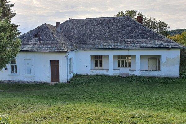 Na snímke  bývalá fara v obci Ľuboreč v Lučeneckom okrese, postavená na mieste staršej farskej budovy, v ktorej vyrastala Elena Maróthy-Šoltésová.