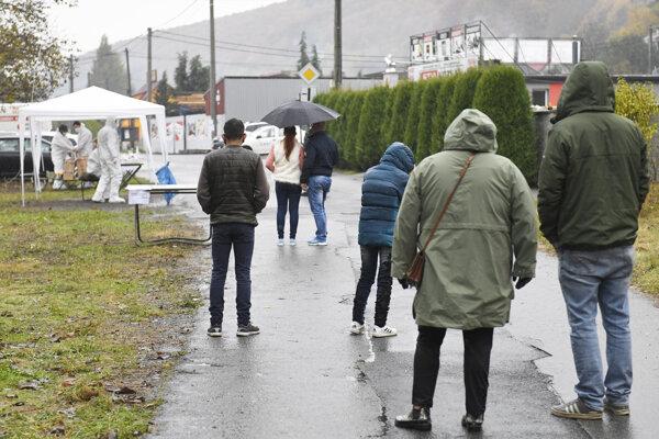 Ľudia čakajú v rade na testovanie v obci Bardejovská Zábava v okrese Bardejov.