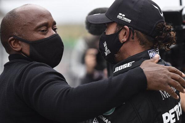 Lewis Hamilton (vpravo) s otcom Anthonym po VC Portugalska.