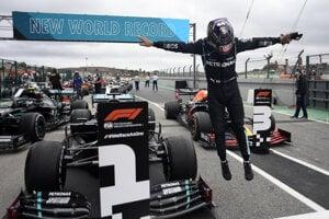 Lewis Hamilton sa teší z víťazstva na VC Portugalska 2020.