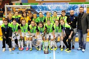 Víťazný tím žien FTC Ferencváros Budapešť. Vpravo riaditeľ turnaja Roland Szöcs.