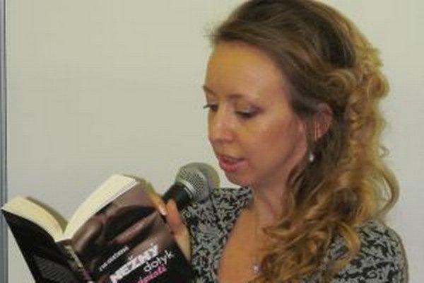 Eva Hrašková počas prezentácie svojej novinky na knižnom veľtrhu Bibliotéka v Bratislave.