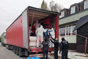 Migrantov našli v kamióne na diaľnici D2 pred Stupavou v smere do Českej republiky.