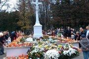 Takéto davy ľudí na cintorínoch tento rok na Dušičky nebudú.