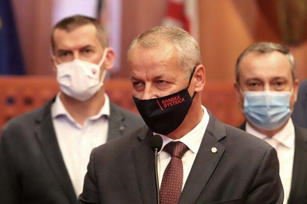 Pozitívni na ochorenie sú primátor Ján Nosko aj poslanec NR SR a mestský poslanec Igor. Kašper. Zatiaľ čo Ján Nosko má iba mierne príznaky, Igor Kašper ( vľavo) musel bojovať s vážnejšími príznakmi ochorenia.