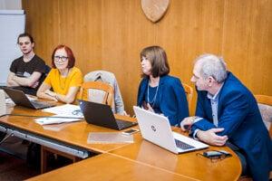 Docentka Milica Schraggeová (na snímke druhá zľava) vyučuje predmety psychológia osobnosti, sociálno-psychologický výcvik, psychosociálne aspekty nezamestnanosti.