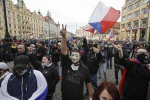 Demonštranti sa zhromažďujú protestu proti koronavírusovým opatreniam 28. októbra 2020 v Prahe.
