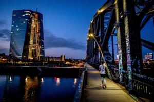 Žena kráča po moste cez rieku Mohan, vľavo budova Európskej centrálnej banky v nemeckom Frankfurte nad Mohanom 30. septembra 2020.