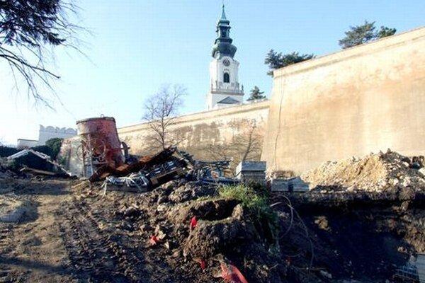 Stavba sa nachádza pod hradom, na priestranstve, ktoré slúži aj ako parkovisko.