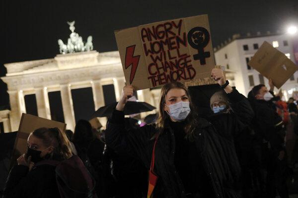 Demonštrácia proti poľskému zákonu o interrupciách sa uskutočnila aj v Berlíne.