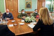 Prezidentka Zuzana Čaputová na stretnutí s náčelníkom generálneho štábu Danielom Zmekom a veliteľom operácie Spoločná zodpovednosť Ivanom Pachom.
